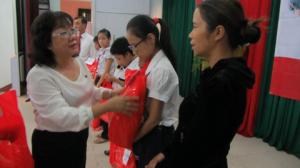 Đà Nẵng: Tặng đồ dùng học tập cho các em học sinh nghèo, khuyết tật