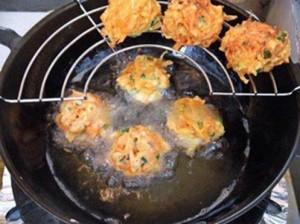 Hướng dẫn cách làm bánh cà rốt chiên vàng