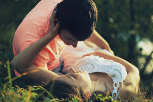 Young-Love-Couple-in-Grass1-6139-1402449685