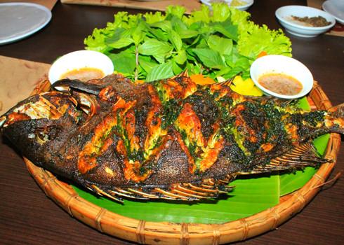 Trước khi nướng hãy xoa lên bề mặt da cá một lớp mỡ để cá không bị tróc da khi nướng xong.