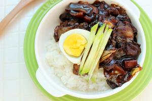 """Cơm trộn thịt bò """"bắt chước"""" mì đen của Hàn Quốc"""