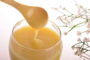 Điều cần biết về sữa ong chúa