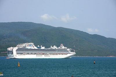 Sapphire Princess đưa 2.600 khách du lịch cập cảng Nha Trang