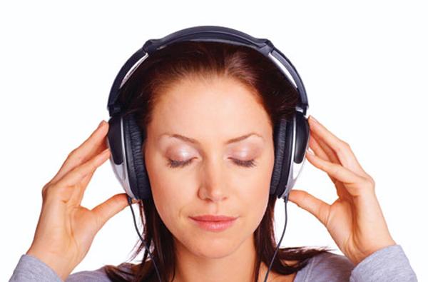 Bạn không cần phải nghe nhạc, chỉ cần đeo tai nghe sẽ hạn chế được một số rắc rối không đáng có.