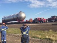 5 chiếc xe kéo hợp lực vận chuyển kiện hàng khổng lồ qua Alberta