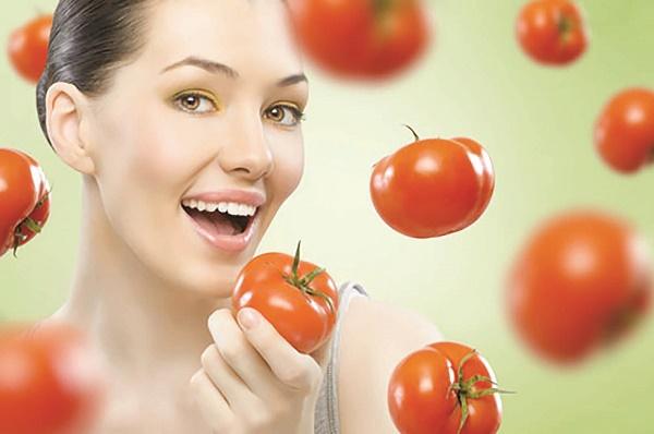 Cách làm cà chua giúp trắng da tự nhiên