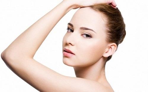 Vùng da hai cánh tay cũng cần bạn thường xuyên tẩy tế bào chết