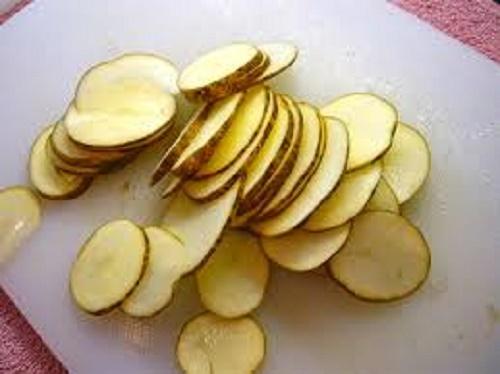 Làm đẹp bằng khoai tây cắt lát