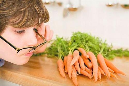 Nước ép cà rốt giúp sáng mắt