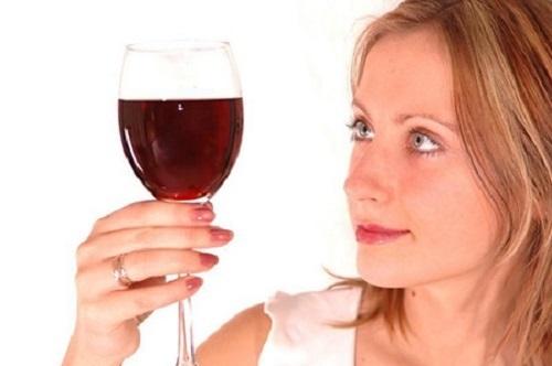 làm đẹp tóc bằng rượu vang