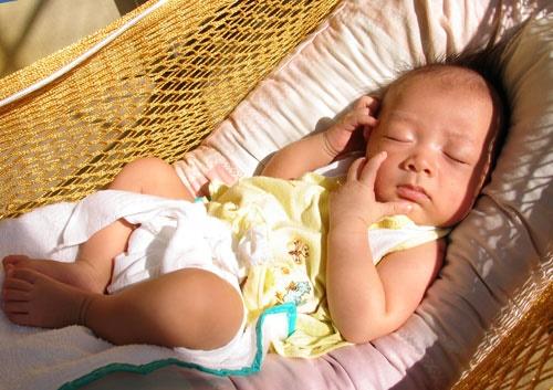 Cho trẻ tắm nắng thường xuyên