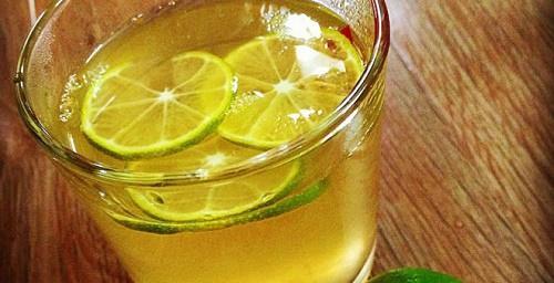 Uống chanh nóng không đường sau khi uống rượu bia
