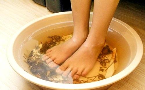 Ngâm chân trong nước ấm giúp sống thọ
