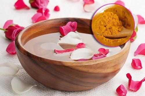 Trị sạch mụn thâm bằng mặt nạ tinh bột nghệ vàng nước hoa hồng