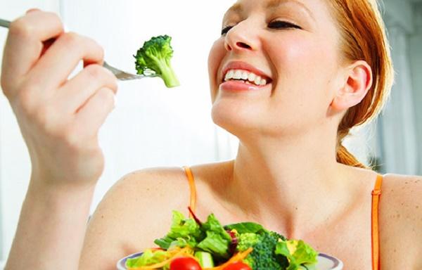 Uống nhiều nước và ăn nhiều trái cây, rau xanh