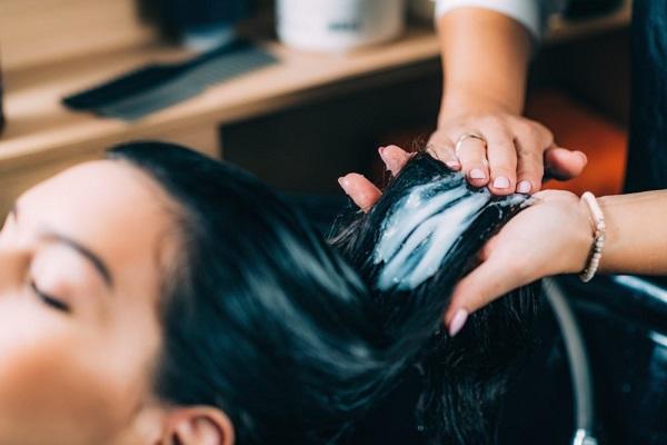 Lau khô tóc hoàn toàn trước khi dùng dầu xả